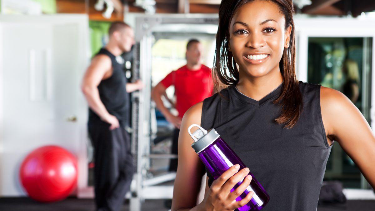 Por que é importante beber água durante a prática de exercícios físicos?