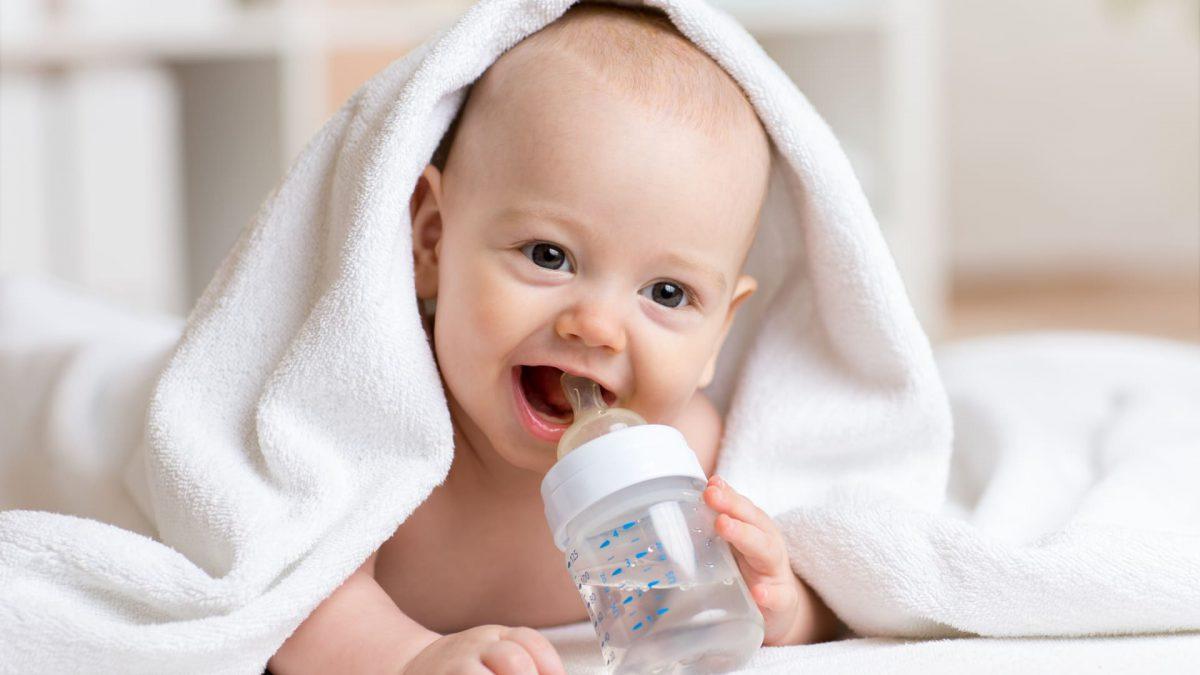 Com quantos meses o bebê pode começar a beber água?