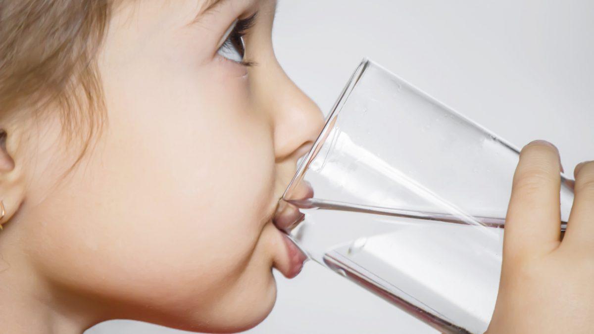 Como incentivar a ingestão de água entre as crianças